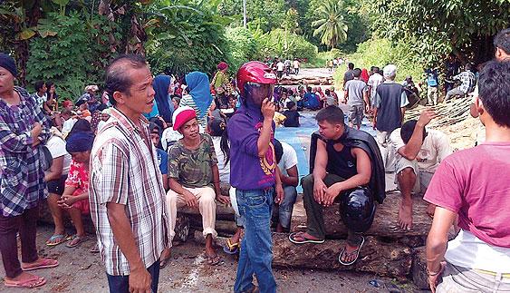 09 04 13 top 07 Protes PT Sorikmas Mining Massa Blokir Jalinsum dan Berdebat dengan Wabup