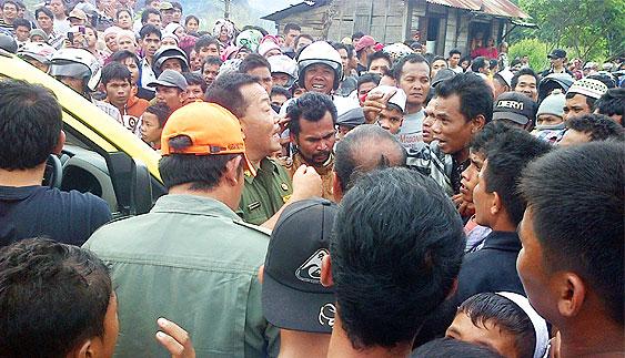 09 04 13 top 09 Protes PT Sorikmas Mining Massa Blokir Jalinsum dan Berdebat dengan Wabup