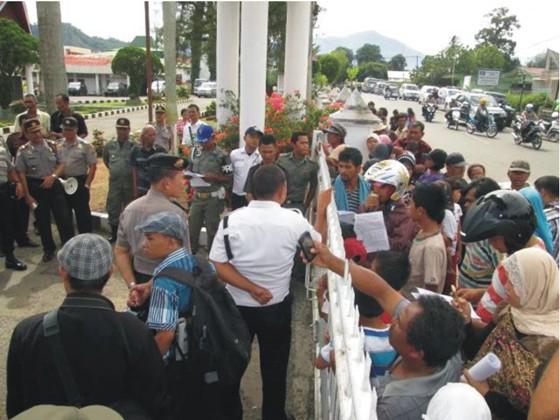 pr 8 PERNYATAAN SIKAP (Press Release) Forum Komunikasi Korban SK Menhut N0. 244/Menhut II/2011 Desa Simpang Tolang dan Janji Mauli Kec Sipirok Kab. Tapanuli Selatan